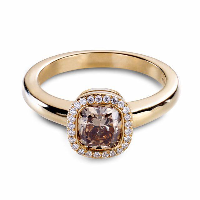 Cushion-slipt champagnefarget diamantring i roségull med briljanter