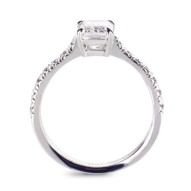 Forlovelsesring i platina med smaragdslipt diamant og briljanter
