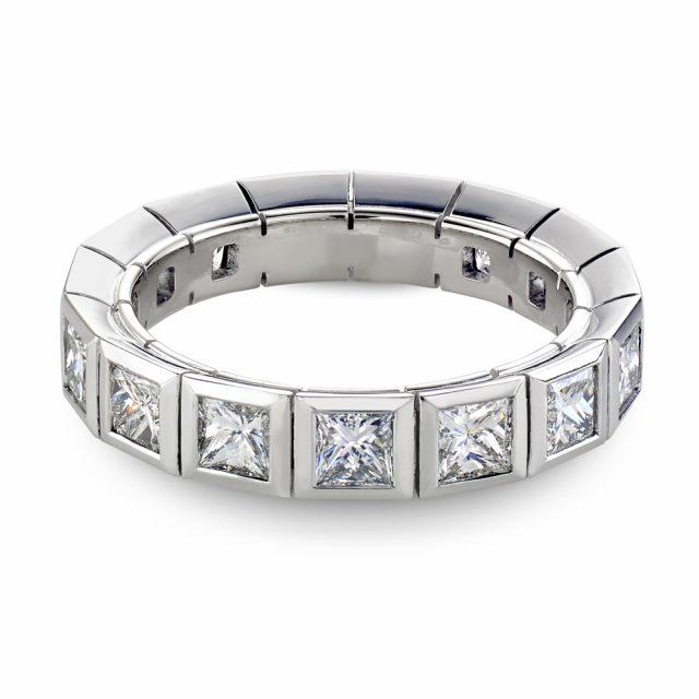 Alliansering i hvitt gull med prinsesseslipte diamanter