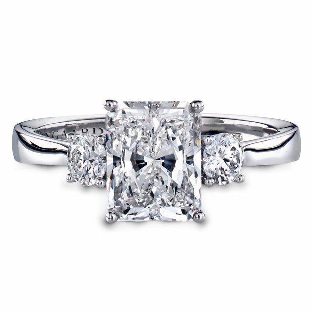 Forlovelsesring i hvitt gull med radiant og briljantslipte diamanter